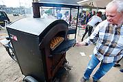 In een mobiele oven wordt een appeltaart gebakken. In Nijmegen vindt voor de derde keer het International Cargo Bike Festival plaats. Het tweedaags evenement richt zich op het gebruik en de gebruikers van bakfietsen. Bakfietsen worden in heel Europa steeds vaker ingezet, zowel door particulieren als bedrijven. Het is een duurzame vorm van transport en biedt veel voordelen.<br /> <br /> In Nijmegen for the third time the International Cargo Bike Festival is hold. The two-day event focuses on the use and users of cargobikes. Cargo bikes are increasingly being deployed across Europe, both individuals and businesses. It is a sustainable form of transport and offers many advantages.Nederland, Nijmegen, 13-04-2014