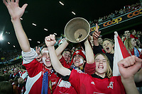 Fotball<br /> Kvalifisering UEFA Champions League<br /> FC Thun v Malmö<br /> Foto: imago/Digitalsport<br /> NORWAY ONLY<br /> <br /> 23.08.2005  <br /> Fans des FC Thun jubeln mit der traditionellen Kuhglocke
