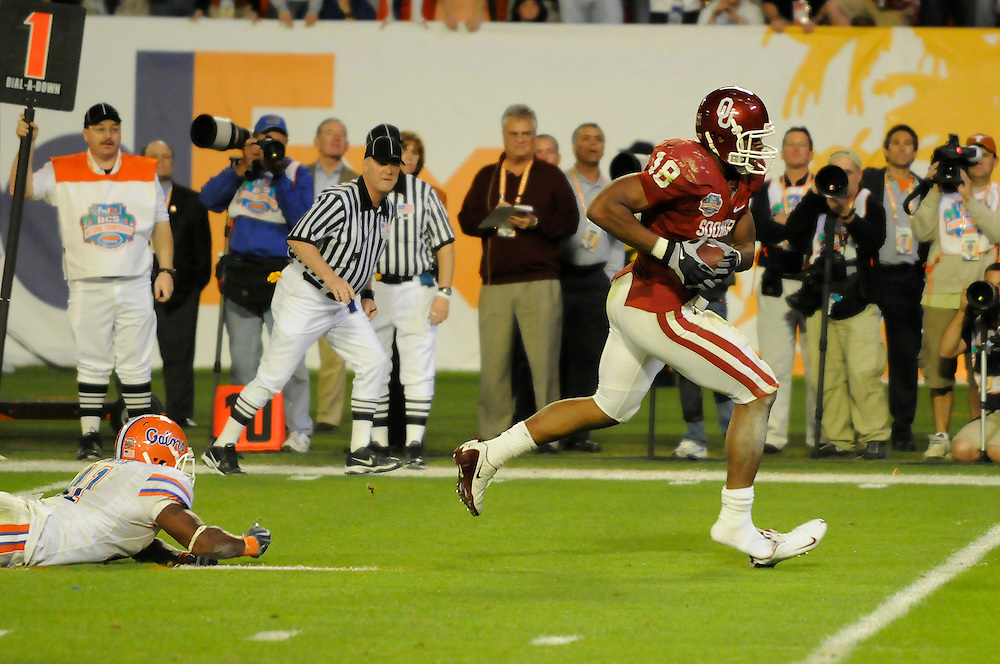 January 8, 2009: Jermaine Gresham of the Oklahoma Sooners runs past Ryan Stamper of the Florida Gators during the NCAA football game between the Florida Gators and the Oklahoma Sooners in the 2009 BCS National Championship Game. The Gators defeated the Sooners 24-14.