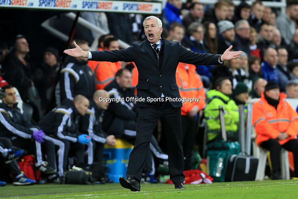 21st December 2014 - Barclays Premier League - Newcastle United v Sunderland - Newcastle manager Alan Pardew vents his frustration - Photo: Simon Stacpoole / Offside.