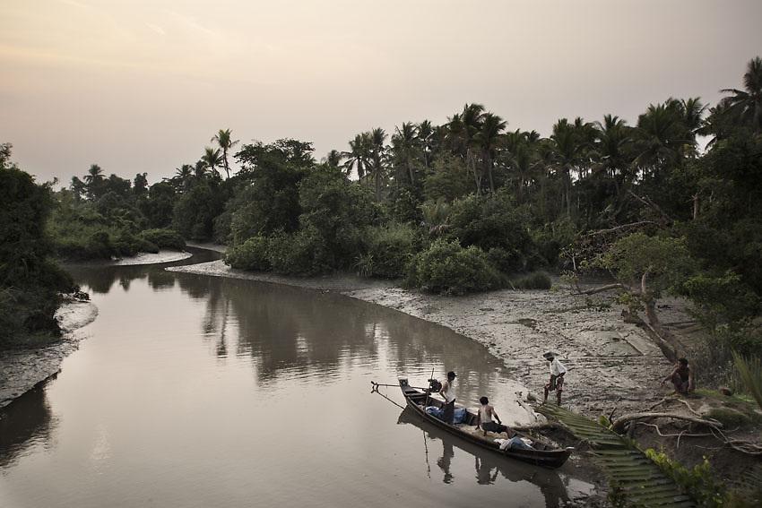 Burmese fishermen coming back to Wah Thin Kah village before sunset, Kawhmu township, Yangon, Myanmar.