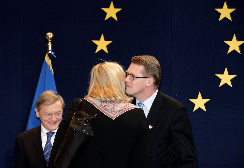 BRUSSELS - BELGIUM - 14 DECEMBER 2006 -- Prime Minister Matti Vanhanen welcomes the Austrian Minister for Foreign Affairs Ursula PLASSNIK with a kiss, behind the the Austrian PM Wolfgang SCHUSSEL. EUP44     PHOTO: ERIK LUNTANG