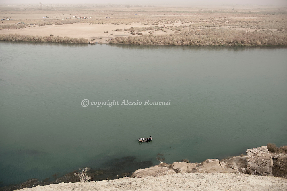 Iraq, Nineveh Governorate: About ten kilometres from Al Shura, newly displaced Iraqi cross the Tigri river by boat to flee their villages occupied by IS on November 2016. Alessio Romenzi