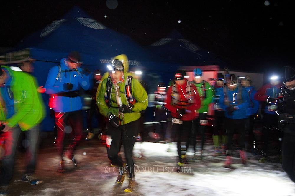 50 mil(80km) l&oslash;bere klar til afgang i morgenm&oslash;rket p&aring; Hammer Havn.<br /> Salomon Hammer Trail Winter Edition p&aring; Bornholm best&aring;r af 4 l&oslash;b, 50 miles, maraton, 1/2 maraton og 10 km. De f&oslash;rste l&oslash;bere startede kl 6 og den sidste l&oslash;ber var inde efter 15 timer og 14 minuter. L&oslash;bene l&oslash;bes p&aring; en rute p&aring; ca 25 km som inkluderer 860 h&oslash;jdemeter og er Danmark's h&aring;rdeste trail l&oslash;b. L&oslash;berne skal ned og ringe p&aring; klokken p&aring; Jon's Kapel, forbi Hammer Hus og over Hammer Knude. Over 100 l&oslash;bere gennemf&oslash;rte l&oslash;bet indenfor tidsgr&aelig;nsen, som for 50 mil var sat til 16 timer.