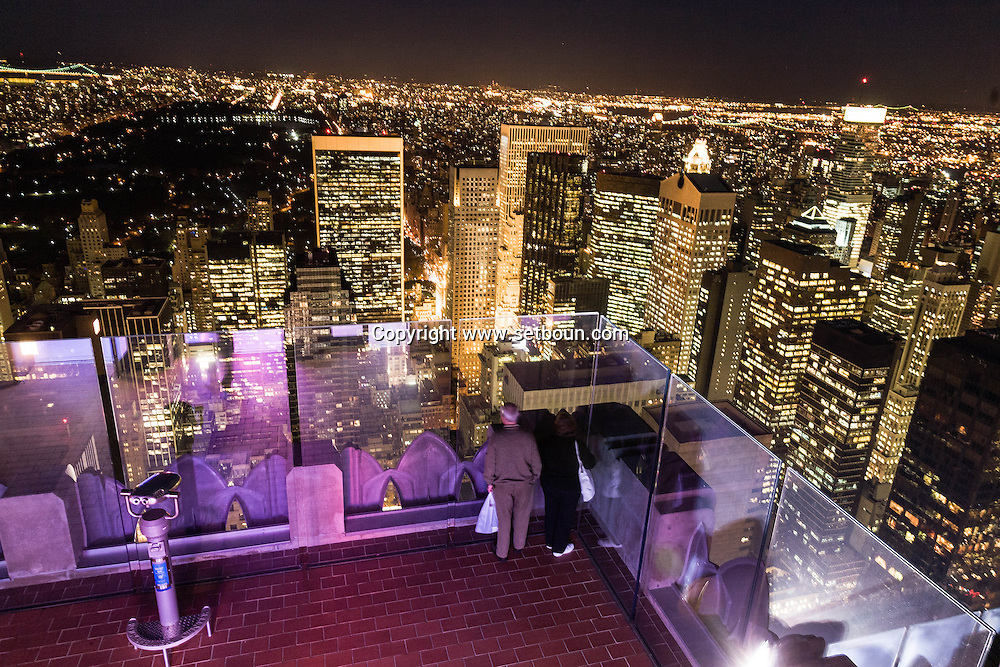 New York. TOP OF THE ROCK terrace in the he Rockfeller center, mirror images reflection , elevated view of Manhattan midtown at night / jeu de reflets, miroir sur le panorama de  Manhattan la nuit  Manhattan, New York - Etats unis vue depuis TOP OF THE ROCK, terrasse du Rockfeller center