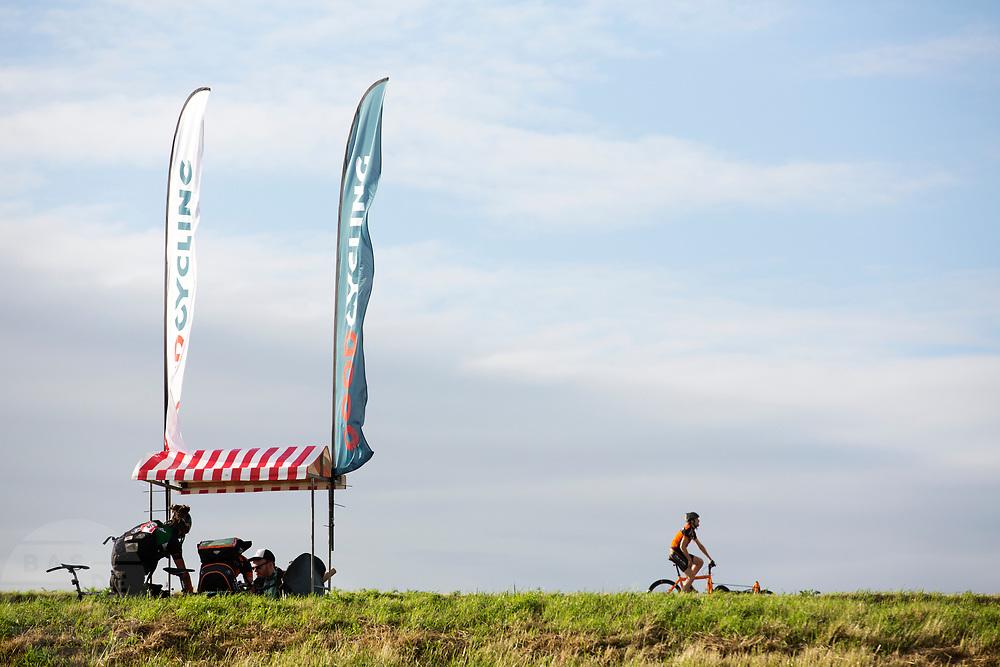 Een koerier passeert een checkpoint, waar anderen een opdracht ophalen. In Nieuwegein wordt het NK Fietskoerieren gehouden. Fietskoeriers uit Nederland strijden om de titel door op een parcours het snelst zoveel mogelijk stempels te halen en lading weg te brengen. Daarbij moeten ze een slimme route kiezen.<br /> <br /> A messenger is passing a checkpoint where others are picking up their assignment. In Nieuwegein bike messengers battle for the Open Dutch Bicycle Messenger Championship.