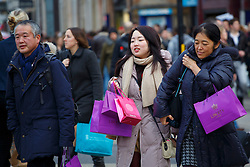© licensed to London News Pictures. London, UK 22/12/2013. Christmas shoppers fill Oxford Street in London on Sunday, 22 December 2013. Photo credit: Tolga Akmen/LNP