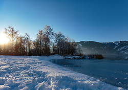 THEMENBILD - das zugefrorene Ufer des Zeller Sees bei Sonnenuntergang, aufgenommen am 27. Jänner 2018, Zell am See, Österreich // the frozen shore of the Zeller lake at sunset on 2018/01/27, Zell am See, Austria. EXPA Pictures © 2018, PhotoCredit: EXPA/ Stefanie Oberhauser
