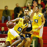 Basketball, 13. mars 2002. 2. finale BLNO, Kongsberghallen. Kongsberg Penguins - Asker Aliens 66-72. Cory Jenkins, Asker (44), mot Vladimir Krupnikovic, KOngsberg.