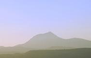 05/09/06 - CHAINE DES PUYS - PUY DE DOME - FRANCE - Puy de Dome avec au premier plan, le Plateau de Gergovie - Photo Jerome CHABANNE