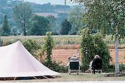 Italie, Umbrie, 5-8-2001..Ouder echtpaar zit naast hun tent en geniet van het landschap. vakantie, pensioen,ouderen, oudedag, kamperen..Foto: Flip Franssen