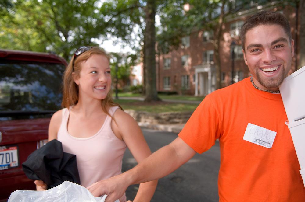 18351Freshman Move in ..Jeanna Packard & Craig Byer