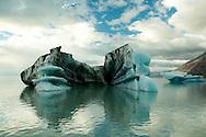 El glaciar Viedma es un glaciar ubicado en parte en la zona de litigio del Campo de Hielo Patagónico Sur, entre Chile y la Argentina. En el lado argentino el glaciar integra el Parque Nacional Los Glaciares, provincia de Santa Cruz. Mientras que en el lado chileno el glaciar forma parte del Parque Nacional Bernardo O'Higgins, y se ubica en la región de Magallanes. El sector oriental del glaciar, en su desembocadura en el lago Viedma, es completamente argentino, mientras que su sector occidental es reclamado por ambos países como parte de sus respectivos territorios, a excepción de los extremos de la vertiente norte que, descendiendo del campo de hielo parten de territorio chileno.<br /> <br /> Es el glaciar más grande del Parque Nacional Los Glaciares, seguido por el Upsala. Su naciente se encuentra al SE del Volcán Lautaro y su longitud es de 70 km, por tal motivo es el glaciar más largo de Sudamérica. Es conocido además por las tres bandas de cenizas producto de erupciones pasadas de dicho volcán. Desciende del Campo de Hielo Patagónico Sur y corre en un cañón formado entre los cerros Huemul y Campana, para finalmente desembocar sobre el lago Viedma.<br /> <br /> El frente del glaciar se puede observar en embarcaciones desde el lago Viedma y cuenta con 2,5 kilómetros de ancho por 50 metros de altura. La superficie total alcanza los 977 km². Dentro del glaciar se destaca el nunatak Viedma.<br /> <br /> Es uno de los principales atractivos de la localidad turística de El Chaltén. Existe un concesionario de Parques Nacionales que realiza una navegación hasta el frente del glaciar así como opciones de caminatas sobre el hielo.<br /> <br /> ©Alejandro Balaguer/Fundación Albatros Media.