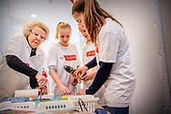 AMERSFOORT - Prinses Beatrix brengt een verrassingsbezoek aan kinderdagcentrum Onder een dak. Ze helpt jongeren met een verstandelijke beperking. De prinses doet dit in het kader van NLdoet van het Oranje Fonds. ANP ROYAL IMAGES ROBIN UTRECHT