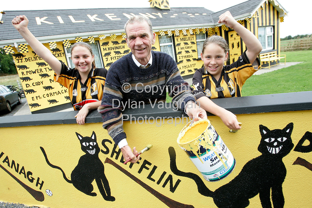 27/8/2006.John Delaney pictured with his daughters Kerry aged 14 and Ellen aged 12 at his house painted in the kIlkenny colours near Freshford County KIlkenny..Picture Dylan Vaughan.