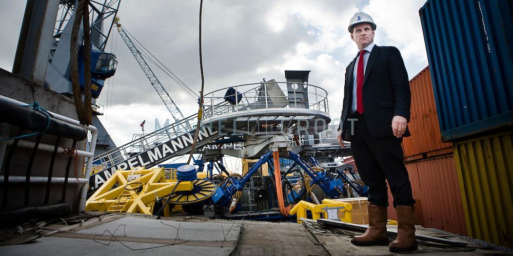 Jan van der Tempel, directeur van de Ampelmann Company, heeft een hydraulisch platform ontwikkeld dat het mogelijk maakt op zee over te stappen van schepen op bijvoorbeeld een windmolen.