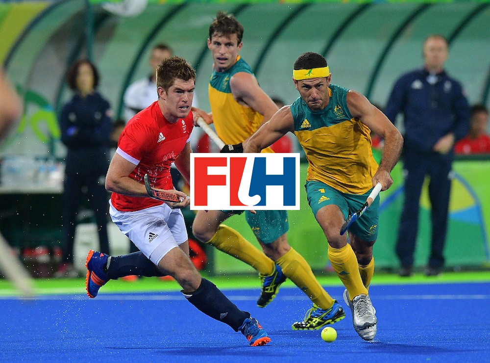Australia's Jamie Dwyer  (R) and Britain's Henry Weir chase the ball during the men's field hockey Britain vs Australia match of the Rio 2016 Olympics Games at the Olympic Hockey Centre in Rio de Janeiro on August, 10 2016. / AFP / Carl DE SOUZA        (Photo credit should read CARL DE SOUZA/AFP/Getty Images)