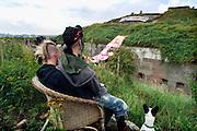 Nederland, Doornenburg, 9-8-2006..Krakers zitten bij fort Pannerden.Het oude fort is door jongeren, kraakbeweging, gekraakt. Zij moeten volgens een uitspraak van de rechter morgen het bouwerk ontruimd hebben. De gemeente Lingerwaard wil er een bezoekerscentrum, informatiecentrum in maken over o.a. het lokale natuurgebied langs de Waal en IJsel..Foto: Flip Franssen/Hollandse Hoogte
