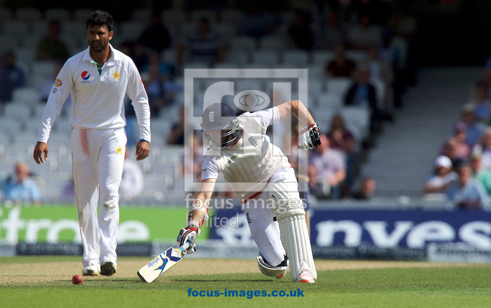 James Anderson of England dives for the crease during Day Four of the fourth Investec Test Match at the Kia Oval, London<br /> Picture by Alan Stanford/Focus Images Ltd +44 7915 056117<br /> 14/08/2016