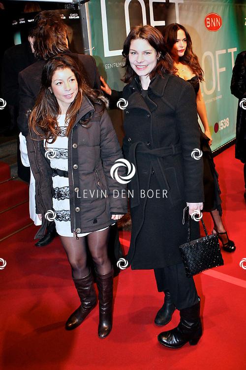 AMSTERDAM - Nadja Hupscher en Rifka Lodeizen op de premiere van de film Loft dinsdag in Amsterdam. De film is vanaf 16 december in de Nederlandse bioscopen te zien. FOTO LEVIN DEN BOER - PERSFOTO.NU