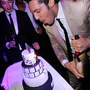 NLD/Amsterdam/20120204 - 30ste Verjaardag Richy Brown, Richy blaast de kaarsjes uit