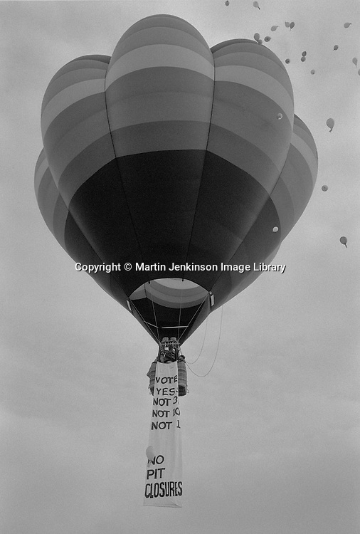 Houghton Main Womens pit camp takes to the air in a hot air balloon carrying a message opposing pit closures & urging a yes vote in the ballot for industrial action being held by coal & rail Unions. 4 March 1993