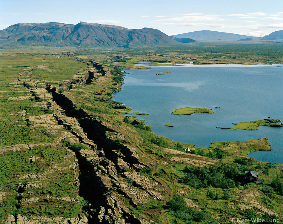 Kárastaðir, Hestagjá séð til norðausturs, Þingvellir í baksýni, Þingvallavatn. Bláskógabyggð áður Þingvallahreppur. / Karastadir, Hestagja earthquake rift viewing northeast. Thingvellir in background. Lake Thingvallavatn. Blaskogabyggd former Thingvallahreppur.