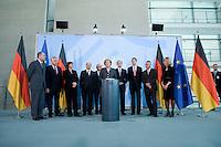 12 NOV 2008, BERLIN/GERMANY:<br /> Peer Steinbrueck, SPD, Bundesfinanzminister, Michael Glos, CSU, Bundeswirtschaftsminister, Ulla Schmidt, SPD, Bundesgesundheitsministerin, Olaf Scholz, SPD, bundesarbeitsminister, Prof. Dr. Wolfgang Franz, Wirtschaftswissenschaftler und Praesident Zentrum fuer Europaeische Wirtschaftsforschun Mannheim, Angela Merkel, CDU, Bundeskanzlerin, Prof. Dr. Bert Ruerup, Wirtschaftswissenschaftler TU Darmstadt, Prof. Dr. Peter Bofinger, Wirtschaftswissenschaftler, Uni Wuerzburg, Prof. Dr. Wolfgang Wiegard, Wirtschaftswissenschaftler Uni Regensburg, Prof. Dr. Beatrice Weder di Mauro, Wirtschaftswissenschaftlerin Uni Mainz, (v.L.n.r.), waehrend der Uebergabe des Jahresgutachtens 2008/2009 des Sachverstaendigenrates zur Begutachtung des gesamtwirtschaftlichen Entwicklung an die Bundeskanzlerin, Bundeskanzleramt<br /> IMAGE: 20081112-02-025<br /> KEYWORDS: Bert Rürup, Wirtschaftsweise, Peer Steinbrück, Sachverständigenrat