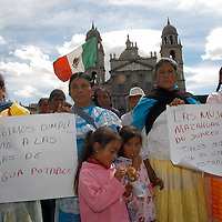 Toluca, Méx.- Integrantes del frente de mujeres mazahuas en defensa del agua, se manifiestan frente a palacio de gobierno para exigir que se cumplan los acuerdos firmados en la comunidad de los Berros del municipio de Villa de Allende. Agencia MVT / Luis Enrique Hernandez V. (DIGITAL)<br /> <br /> NO ARCHIVAR - NO ARCHIVE