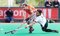 ROTTERDAM -HOCKEY - Bloemendaal speler Matthew Swann (l) in duel met Simon Child van R'dam tijdens de play off hockeywedstrijd tussen de mannen van Rotterdam en Bloemendaal (1-1, R'dam wint na shoot out). FOTO KOEN SUYK