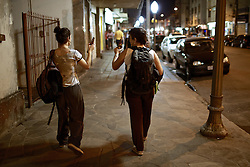 As jovens Ingrid (17) (D) e Cibele (17) que confirmaram que bebem seguidamente. Elas compram cerveja em bares e supermercados sem problemas e saem para beber na rua. FOTO: Jefferson Bernardes/Preview.com