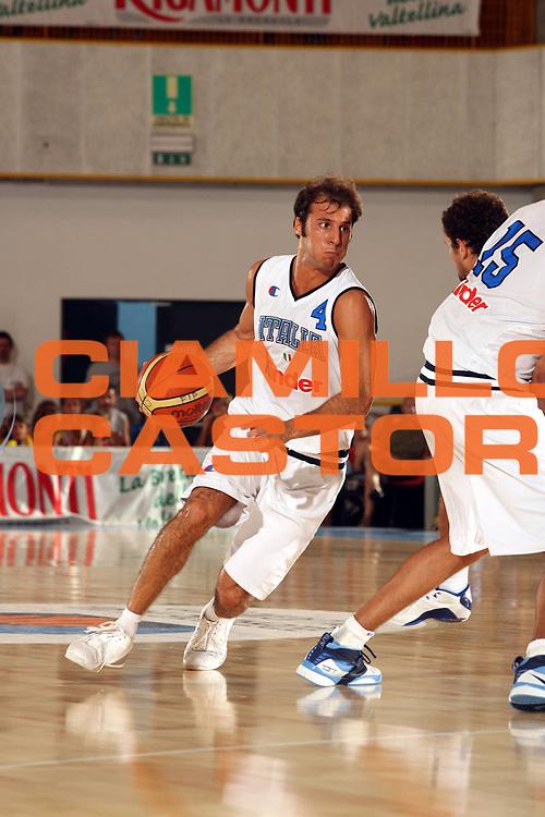 DESCRIZIONE : Bormio Trofeo Internazionale Diego Gianatti Italia Serbia <br />GIOCATORE : Giachetti<br />SQUADRA : Italia <br />EVENTO : Bormio Trofeo Internazionale Diego Gianatti Italia Serbia <br />GARA : Italia Serbia<br />DATA : 22/07/2006 <br />CATEGORIA : Palleggio  <br />SPORT : Pallacanestro <br />AUTORE : Agenzia Ciamillo-Castoria/M.Marchi