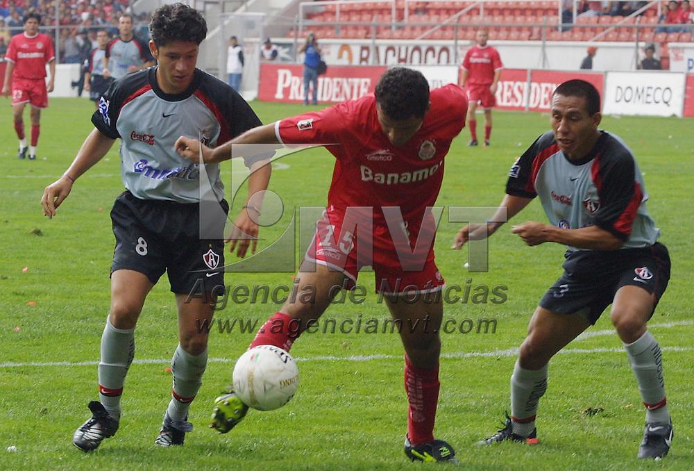 Toluca, M&eacute;x.- Carlos Morales del equipo Toluca controla el balon ante la marca de los defensivos del Atlas Omar Brise&ntilde;o (3) y Fernando Salazar (8), los locales vencieron 5 goles por 1 en la jornada 15 del Torneo de Verano 2002 del futbol Mexicano. Agencia MVT / Mario V&aacute;zquez de la Torre. (DIGITAL)<br /> <br /> NO ARCHIVAR - NO ARCHIVE