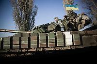 Die Fahrkarte in den Krieg kostet 150 Hrywnja, also 7,64 Euro, Gep&auml;ck inklusive. Am Busbahnhof von Dnjepropetrowsk wartet ein museumsreifer Kleinbus russischer Produktion auf Reisende, die ins umk&auml;mpfte Donezk wollen &ndash; und er ist ausgebucht.<br /> <br /> Als sich der Bus langsam in Bewegung setzt und der Fahrer die G&auml;nge ins Getriebe des schrottreifen Etalon h&auml;mmert, verschwimmen die Fragen, mit denen man sich tagelang zuvor besch&auml;ftigt hat. Das Stadtzentrum von Donezk sei sicher, hatten Kollegen erz&auml;hlt.<br /> <br /> Die kugelsicheren Westen, eine Leihgabe der Kiewer Polizei, liegen jetzt im Rumpf des Busses verstaut. Da liegen sie gut, denkt man noch, w&auml;hrend man von Schlagl&ouml;chern durchgesch&uuml;ttelt wird.<br /> <br /> Hinter den beschlagenen Scheiben rasen die Ebenen des Donbass vorbei. Die Sonnenblumenfelder, die vor vier Monaten nach dem Abschuss des Fluges MH17 &uuml;berall im Fernsehen zu sehen waren, sind l&auml;ngst abgeerntet.<br /> <br /> Die ukrainischen Checkpoints passieren wir ohne Probleme. Die Soldaten haben blaugelbes Klebeband um ihre Waffen gewickelt, als Selbstvergewisserung in Zeiten des Krieges. Es beginnt zu schneien. Gerippe von abgeknickten und verkohlten Strommasten erinnern daran, dass wir den Frieden nun endg&uuml;ltig hinter uns gelassen haben.<br /> <br /> Am Kontrollpunkt der pro-russischen Separatisten versperrt ein v&ouml;llig zerschossener Reisebus die H&auml;lfte der Stra&szlig;e. Alle Scheiben sind zerborsten, die Flanken des Wagens durchsiebt. Alle M&auml;nner im wehrf&auml;higen Alter unter 60 Jahren m&uuml;ssen aussteigen und einem Mitvierziger in Fleckentarn ihre P&auml;sse zeigen. Der gef&auml;llt sich sichtlich in der Pose des K&auml;mpfers und streicht w&auml;hrend der Kontrolle immer wieder &uuml;ber seine Kalaschnikow. Seine Zigarette hat er sich in den Mundwinkel geklemmt.<br /> <br /> Ohne Gep&auml;ckkontrolle d&uuml;rfen wir den Checkpoint passieren. &bdquo;Banditen&ldqu