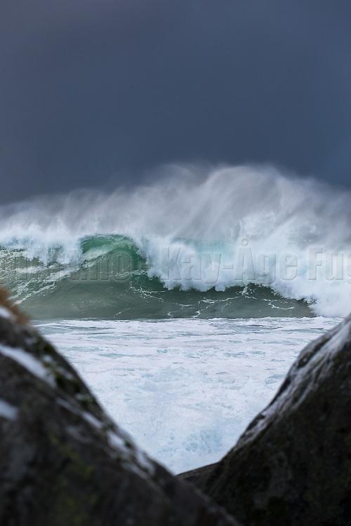 Big wave seen through two stones   Kjempebølge sett gjennom to steiner.