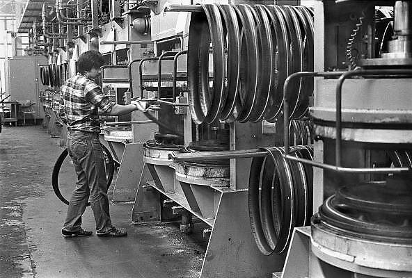 Nederland, Enschede, 15-10-1987Fabrikage van banden,autobanden en fietsbanden, bij bandenfabriek Vredestein.Foto: Flip Franssen/Hollandse Hoogte