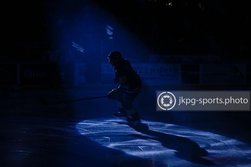 151205 Ishockey, SHL, HV71 - Link&ouml;ping<br /> (29) Chris Abbott, HV71 g&ouml;r entre p&aring; isen i m&ouml;rkret f&ouml;re matchen, under &quot;lineup&quot;.<br /> &copy; Daniel Malmberg/All Over Press