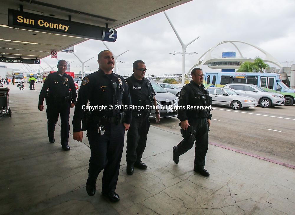 12月22日,在美国洛杉矶国际机场,大批警察巡逻。根据南加州汽车俱乐部(Automobile Club of Southern California) 发表最新报告,在圣诞新年假期期间(12月23日至1月3日),全加州将创纪录有1230万民众出游50英里以上的目的地,其中南加州将佔760万民众。洛杉矶国际机场官员同时表示,他们亦预计有创纪录350万人次在假日期间使用机场往返国内国外,比去年同期增加7.9%,将使洛杉矶国际机场成为全美最繁忙的机场。新华社发 (赵汉荣摄)<br /> Police officers patrol at Los Angeles International Airport on Tuesday, December 22, 2015 in Los Angeles, the United States. A record 12.3 million California residents -- 7.6 million of them from Southern California -- will travel 50 miles or more between Dec. 23 and Jan. 3, the Automobile Club of Southern California said. Los Angeles International Airport officials, meanwhile, said they expect a record 3.5 million passengers to pass through the airport during the holiday travel season, up 7.9 percent from last year. That would make LAX the nation's busiest over the holidays, officials said. (Xinhua/Zhao Hanrong)(Photo by Ringo Chiu/PHOTOFORMULA.com)<br /> <br /> Usage Notes: This content is intended for editorial use only. For other uses, additional clearances may be required.