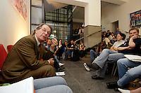 17 AUG 2005, DRESDEN/GERMANY:<br /> Franz Muentefering, SPD Parteivorsitzender, diskutiert mit Mitgliedern von Initiativen ueber Rechtsradikale in Ostdeutschland<br /> IMAGE: 20050817-01-026<br /> KEYWORDS: Franz Müntefering