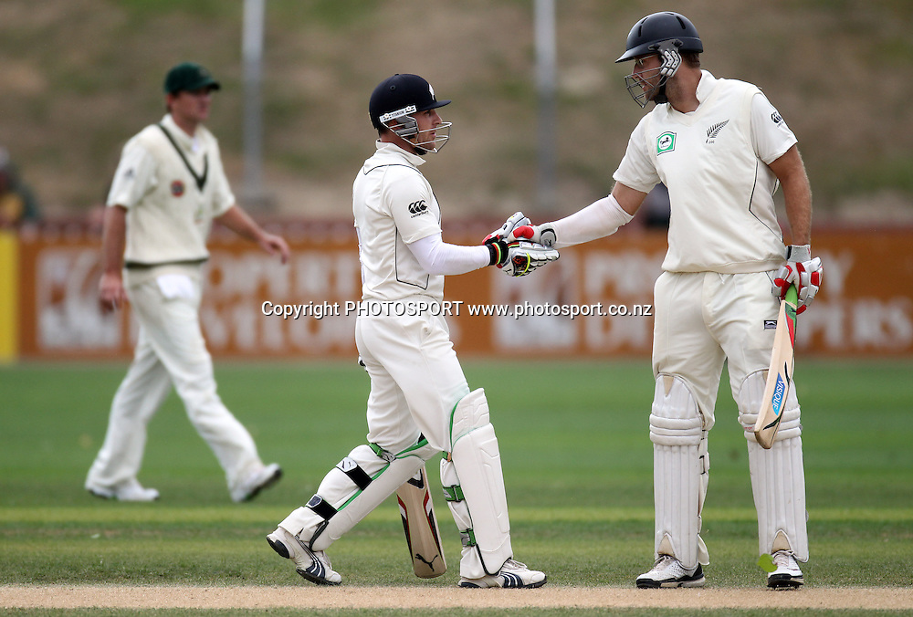 New Zealand batsman Brendon McCullum and Daniel Vettori shake hands to celebrate their partnership.<br />