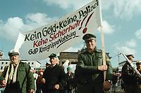 """19 OCT 1999, BERLIN/GERMANY:<br /> Polizisten protestrieren mit Transpartent """"Kein Geld - keine Polizei"""" gegen das Sparpaket der Bundesregierung, Demonstration von DGB, DBB und ÖTV vor dem Brandenburger Tor<br /> IMAGE: 19991019-01/01-16<br /> KEYWORDS: Polizist, policeman, Demonstrant, demonstartor, demonstration, Gewerkschaft, trade union, Plakat, bill"""