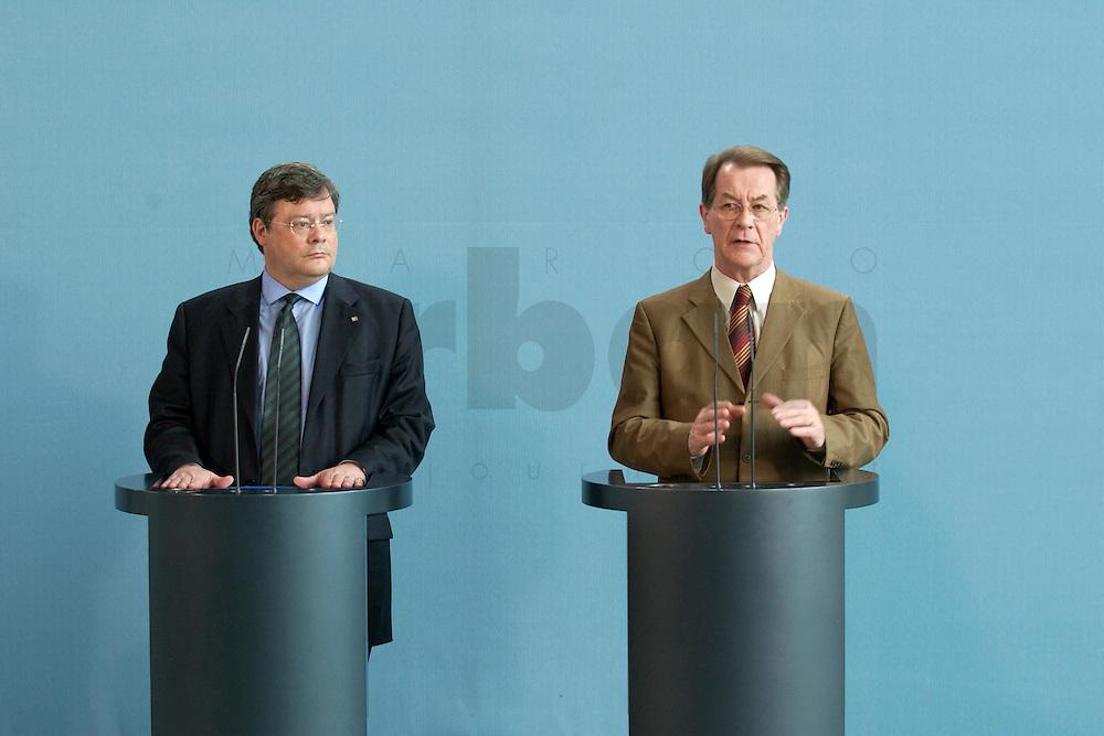 07 MAY 2004, BERLIN/GERMANY:<br /> Reinhard Buetikofer (L), B90/Gruene, Bundesvorsitzender, und Franz Muentefering (R), SPD Parteivorsitzender, waehrend einer Pressekonferenz, zu den Ergebnissen des vorangegangenen Koalitionsgespraechs, Bundeskanzleramt<br /> Reinhard Buetikofer (L), Leader of the Green Party, und Franz Muentefering (R), Leader of the Social Democratic Party, during a press conference<br /> IMAGE: 20040507-01-016<br /> KEYWORDS: Reinhard B&uuml;tikofer, Franz M&uuml;ntefering