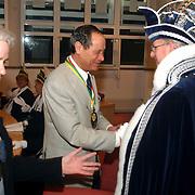Carnavalsvereniging de Gooikikkers overhandigen de Gouden Kikker aan Gerrie Otten, burgemeester Verdier krijgt medaille
