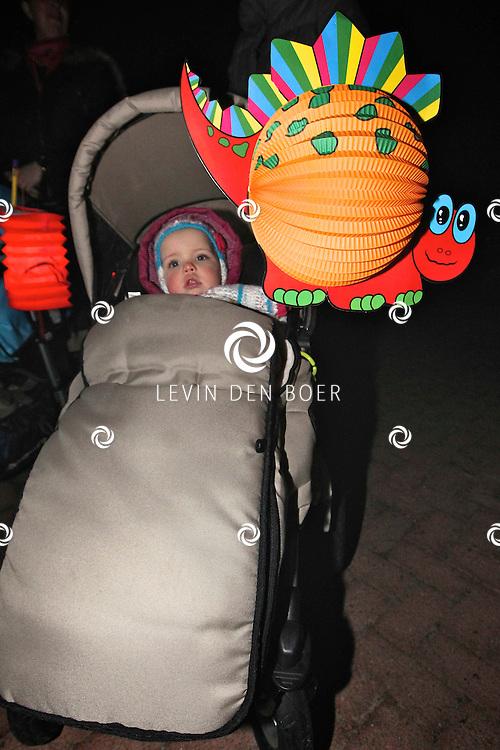 AALST - Oranjevereniging Trouw aan Oranje organiseerde een sfeervolle lampionnenoptocht ter ere van de verjaardag van onze H.M. Koningin Beatrix. FOTO LEVIN DEN BOER - PERSFOTO.NU