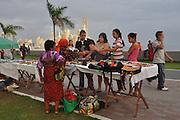 Venta de artesanias en La Cinta Costera, Av. Balboa. Panamá City.©Victoria Murillo/Istmophoto.com
