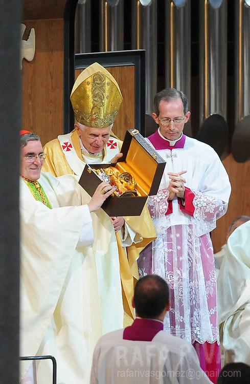 Pope Benedict XVI (C) celebrates a mass to consecrate Barcelona's famous temple, the Sagarada Famila church, on november 7, 2010. PHOTO/Rafa Rivas