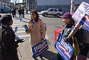 New York  Harlem Schauspielerin Martima Garcia, 49, und Studentin Sheebani Patel, 24,  werben um Stimmen fuer Hillary Clinton..Fotos © Stefan Falke. Clinton / Obama Kandidatenwahl der Demokraten in den USA.New York Primary 2008