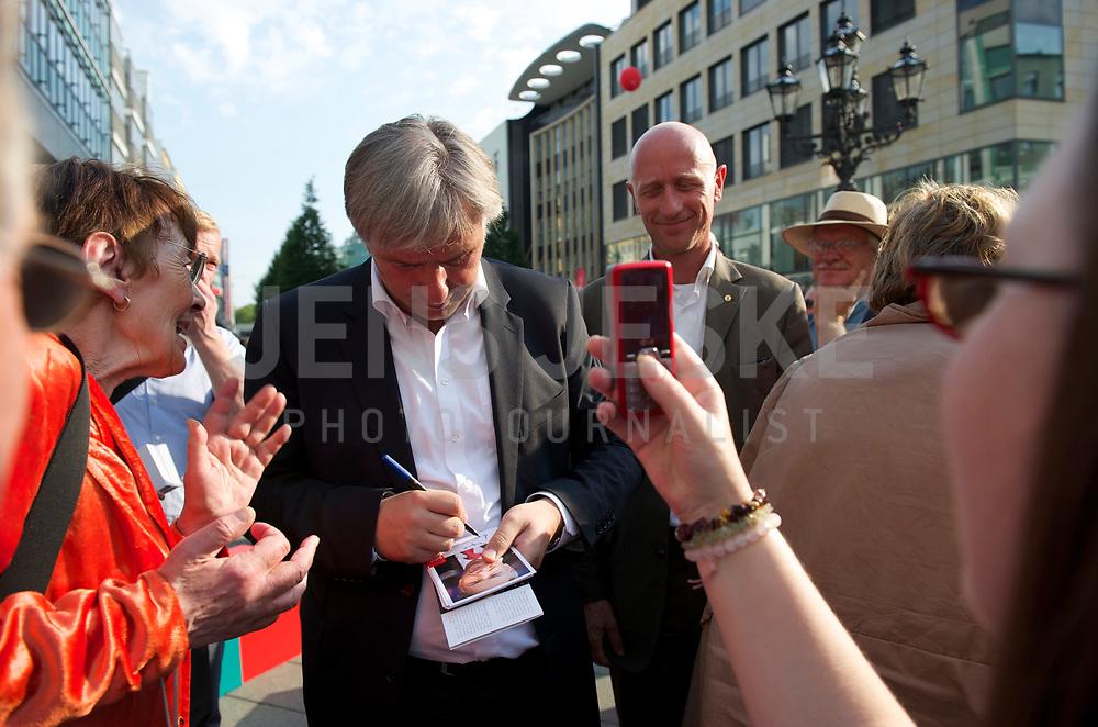 DEU, Deutschland, Germany, Berlin, 18.08.2011:<br />Der Regierende B&uuml;rgermeister von Berlin, Klaus Wowereit (SPD) signiert w&auml;hrend einer Wahlkampfveranstaltung in Berlin-Wilmersdorf eine Autogrammkarte.