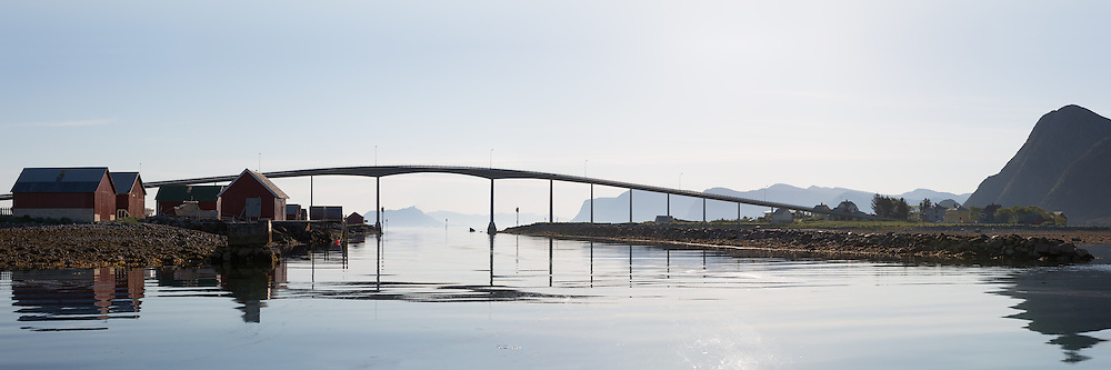 Early morning panoramic view of a bridge located nearby Fosnavåg on the western part of Norway | Remøybrua i Nørdre Vaulen i tidlig morgenlys