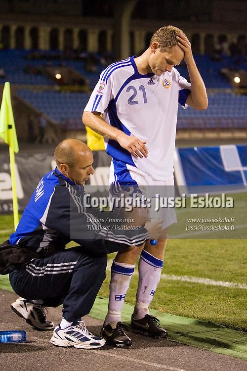 Jonatan Johansson joutui j&auml;tt&auml;m&auml;&auml;n kent&auml;n reisivamman takia.&amp;#xA;Armenia-Suomi, Jerevan. EM-karsinta,  7.10.2006.&amp;#xA;Photo: Jussi Eskola<br />